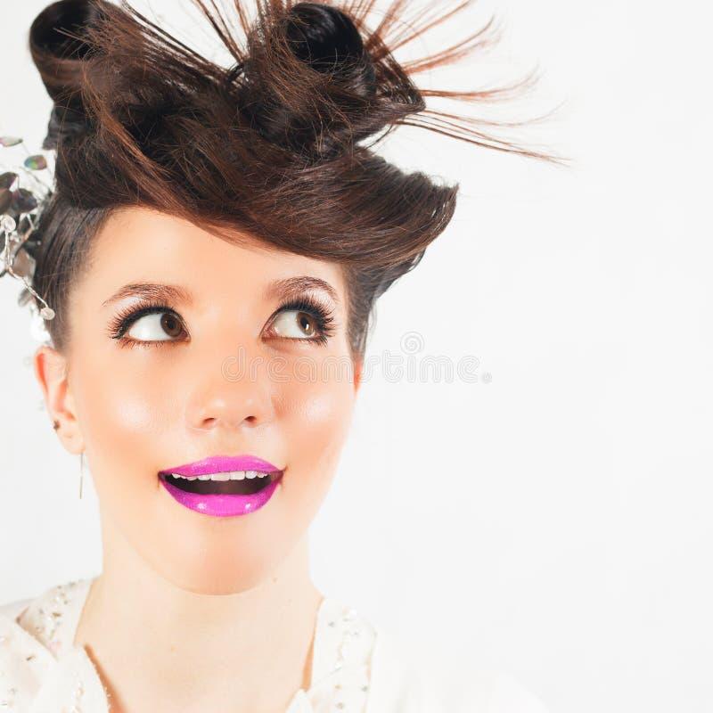 Muchacha sorprendida con el peinado de lujo en el fondo blanco imágenes de archivo libres de regalías