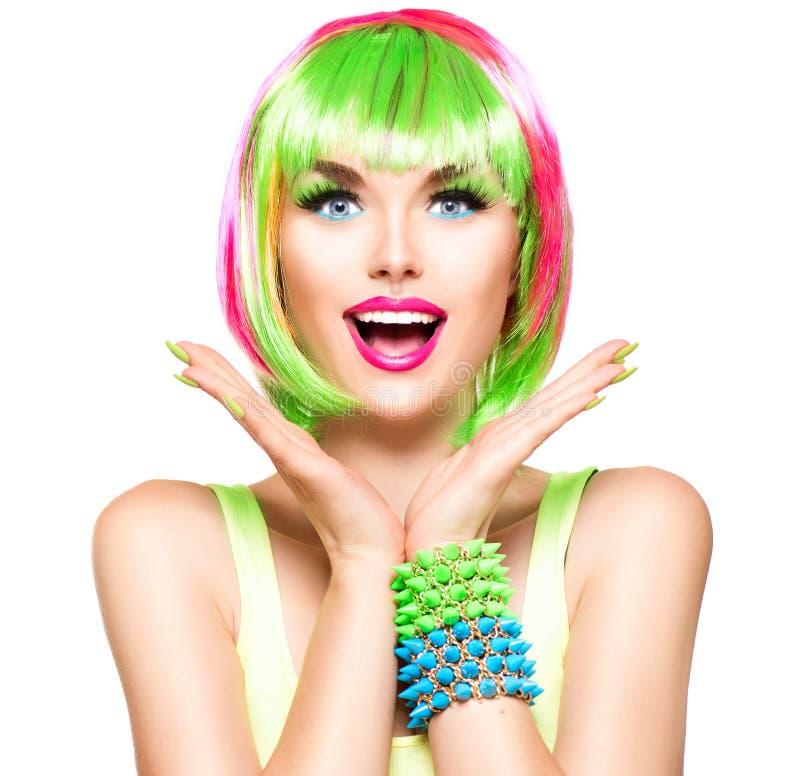 Muchacha sorprendida del modelo de la belleza con el pelo teñido colorido fotografía de archivo libre de regalías