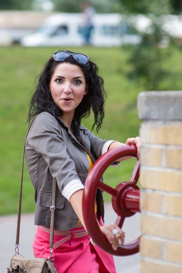 Muchacha sorprendida en la rueda Conducción caucásica atractiva joven de la mujer Abra la boca Emociones fuertes, guau expresión  foto de archivo