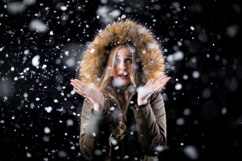 Muchacha sorprendida sobre la primera nieve fotos de archivo