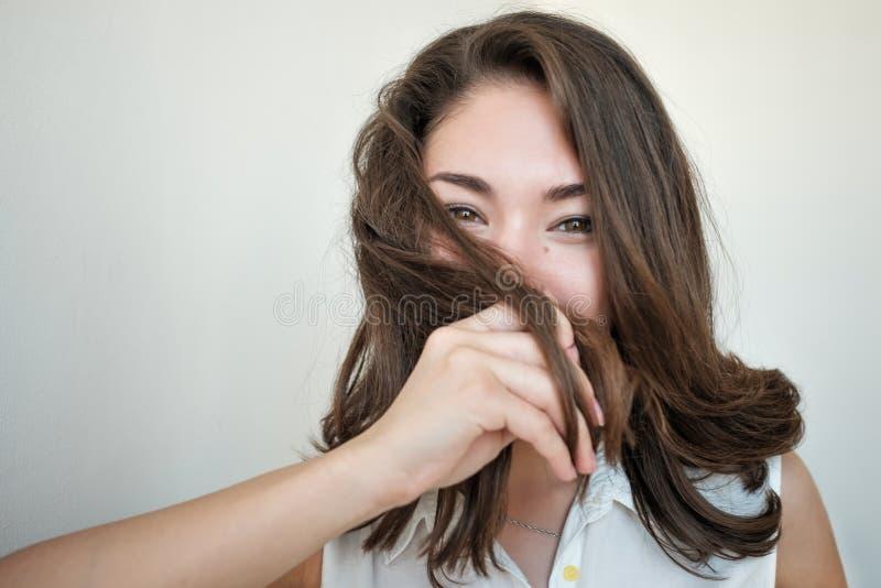 Muchacha tímida que oculta su cara con el pelo imágenes de archivo libres de regalías