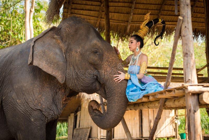 Muchacha tailandesa con el elefante fotos de archivo libres de regalías