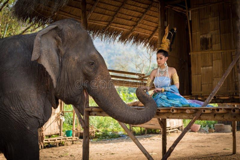 Muchacha tailandesa con el elefante foto de archivo libre de regalías