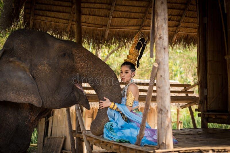Muchacha tailandesa con el elefante fotografía de archivo libre de regalías