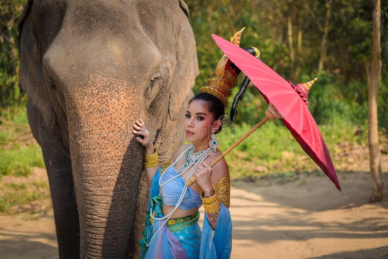 Muchacha tailandesa con el elefante imagen de archivo