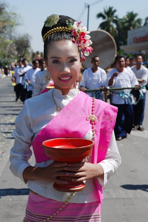 Muchacha tailandesa hermosa en el 34to festival de la flor fotografía de archivo