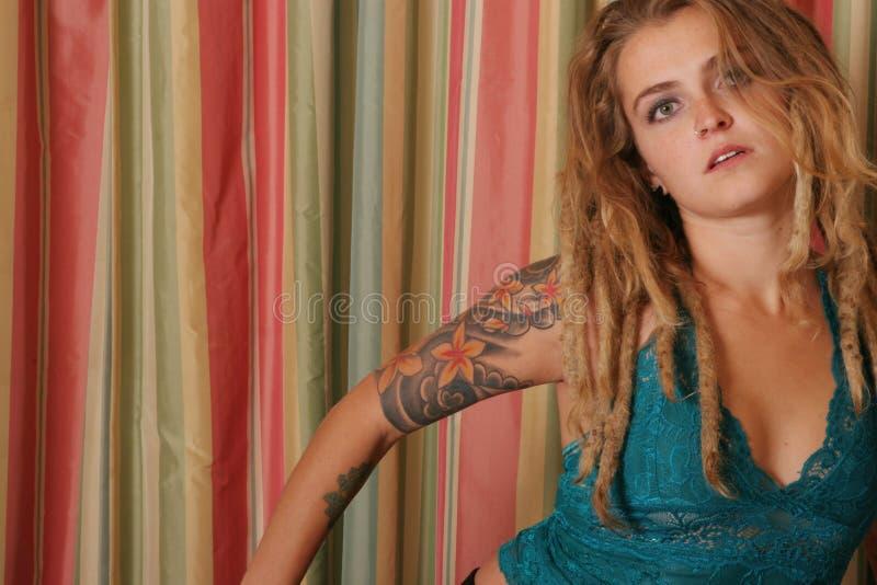 Muchacha tatuada imagen de archivo libre de regalías