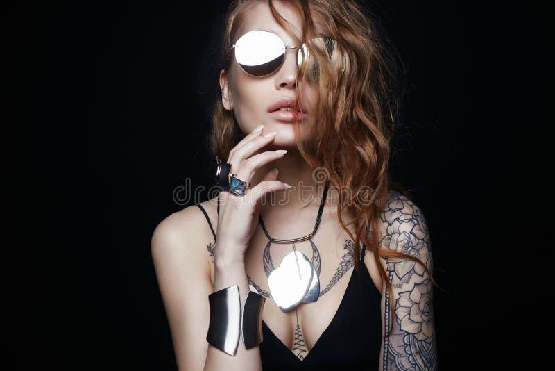 muchacha tatuada belleza en gafas de sol y joyer?a imagenes de archivo