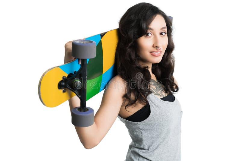 Muchacha tatuada jóvenes con longboard imagenes de archivo