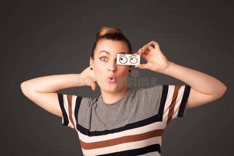 Muchacha tonta joven que mira con las bolas dibujadas mano del ojo en el papel fotos de archivo libres de regalías