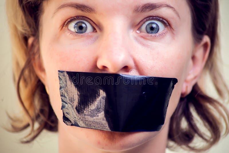 Muchacha trastornada con la cinta auta-adhesivo sobre su boca Concepto del secuestro fotos de archivo libres de regalías