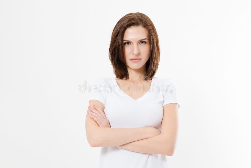 Muchacha trastornada y enojada en la camiseta en blanco blanca aislada en el fondo blanco Mujer triste y enojada con los brazos c foto de archivo libre de regalías