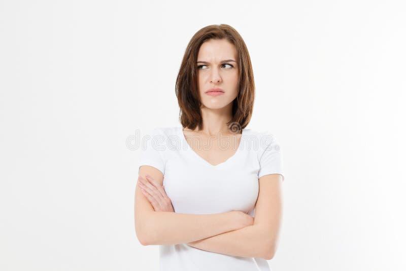 Muchacha trastornada y enojada en la camiseta en blanco blanca aislada en el fondo blanco Mujer triste y enojada con los brazos c fotos de archivo libres de regalías