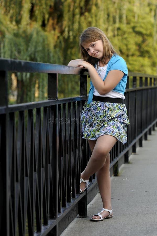 Muchacha triguena caucásica joven en el puente fotos de archivo