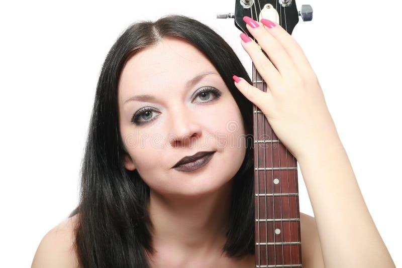 Muchacha triguena con una guitarra aislada imagenes de archivo