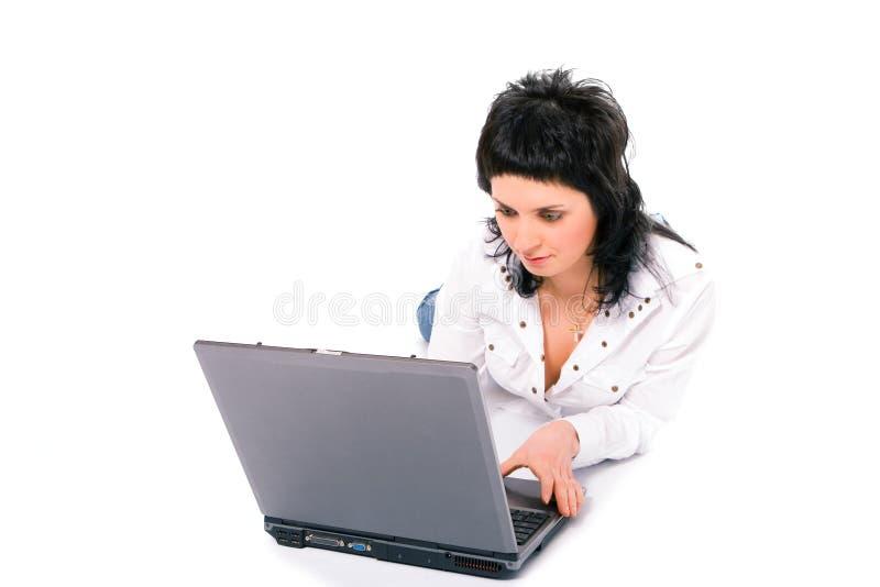 Muchacha triguena del asunto de la belleza con la computadora portátil foto de archivo libre de regalías