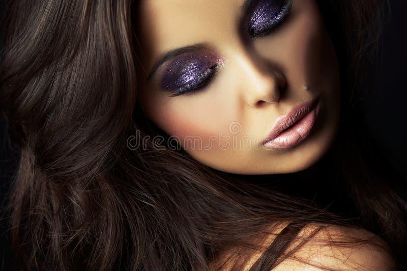 Muchacha triguena hermosa y atractiva en obscuridad imagenes de archivo