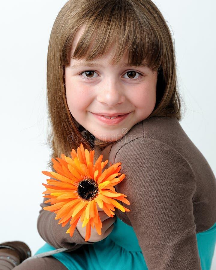 Muchacha triguena joven con la flor fotos de archivo libres de regalías