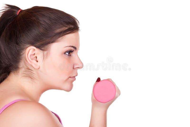 Muchacha triguena joven que lleva a cabo un peso rosado imágenes de archivo libres de regalías