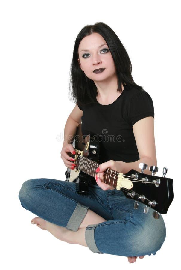 Muchacha triguena que toca la guitarra aislada fotografía de archivo libre de regalías