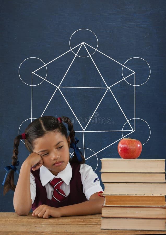 Muchacha triste del estudiante en la tabla contra la pizarra azul con la escuela y el gráfico de la educación imagenes de archivo