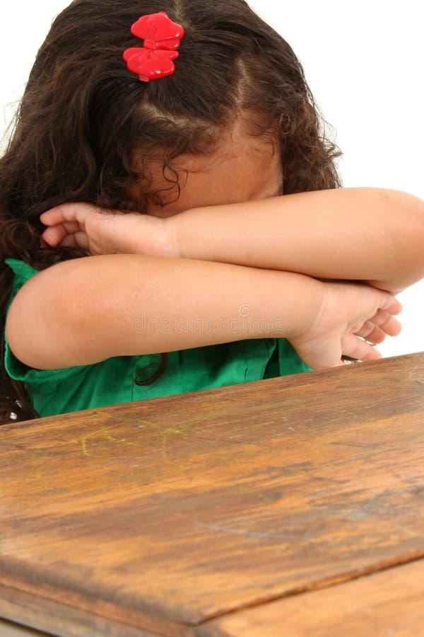 Muchacha triste en escritorio imagen de archivo