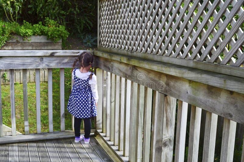 Muchacha triste en la esquina imagen de archivo