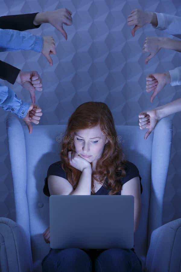 Muchacha triste que usa el ordenador portátil foto de archivo libre de regalías