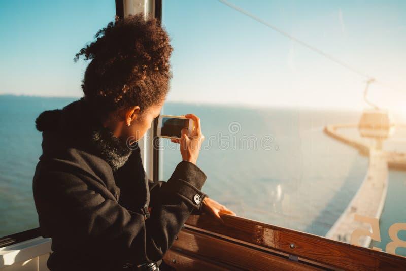 Muchacha turística en la cabina del cablecarril foto de archivo