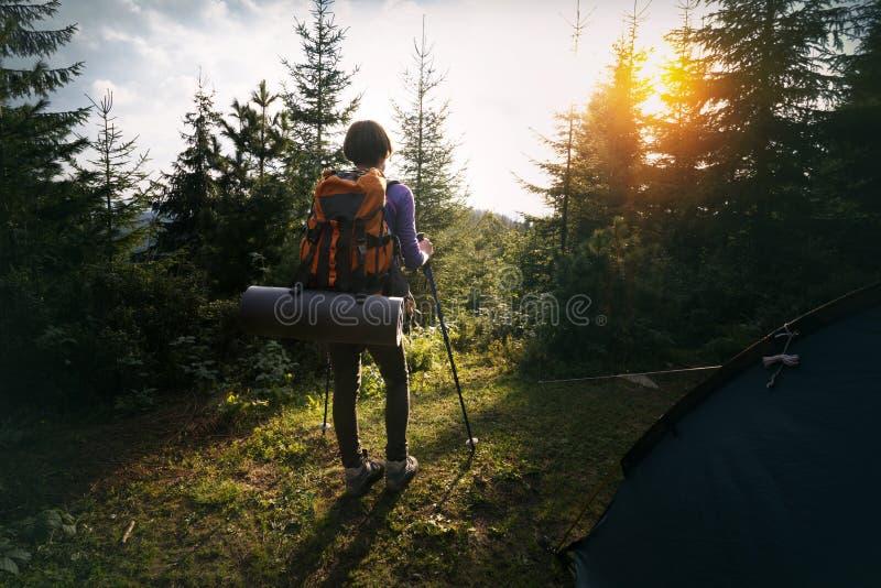 Muchacha turística en una montaña imagen de archivo libre de regalías