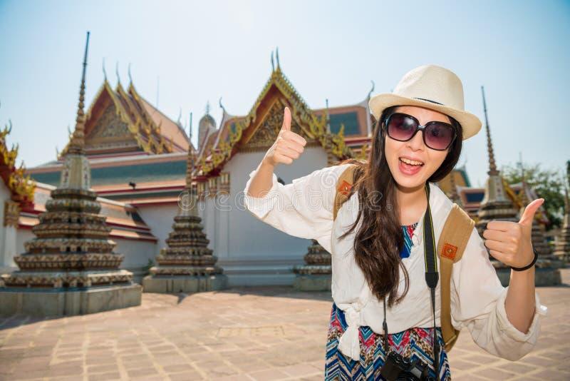 Muchacha turística feliz en el pho del wat de Tailandia imágenes de archivo libres de regalías