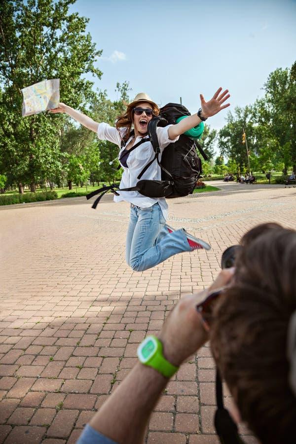 Muchacha turística feliz que presenta para la foto imagen de archivo libre de regalías