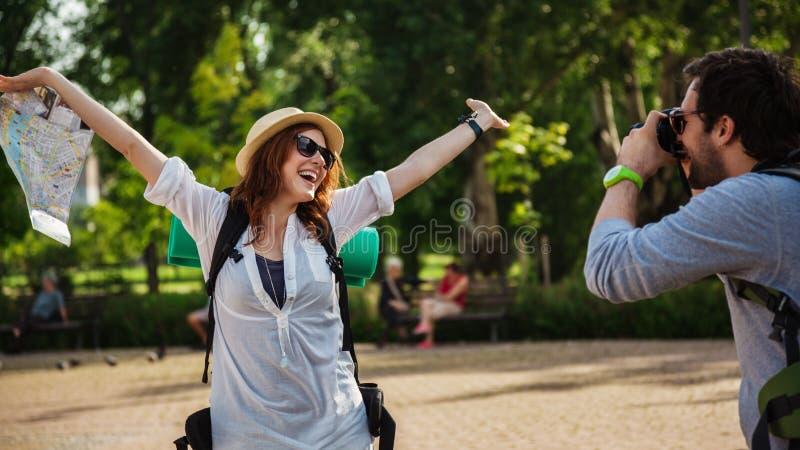 Muchacha turística feliz que presenta para la foto imagen de archivo