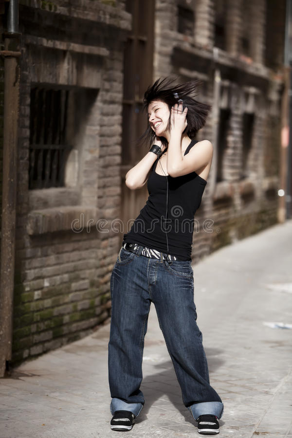 Muchacha urbana de baile. foto de archivo