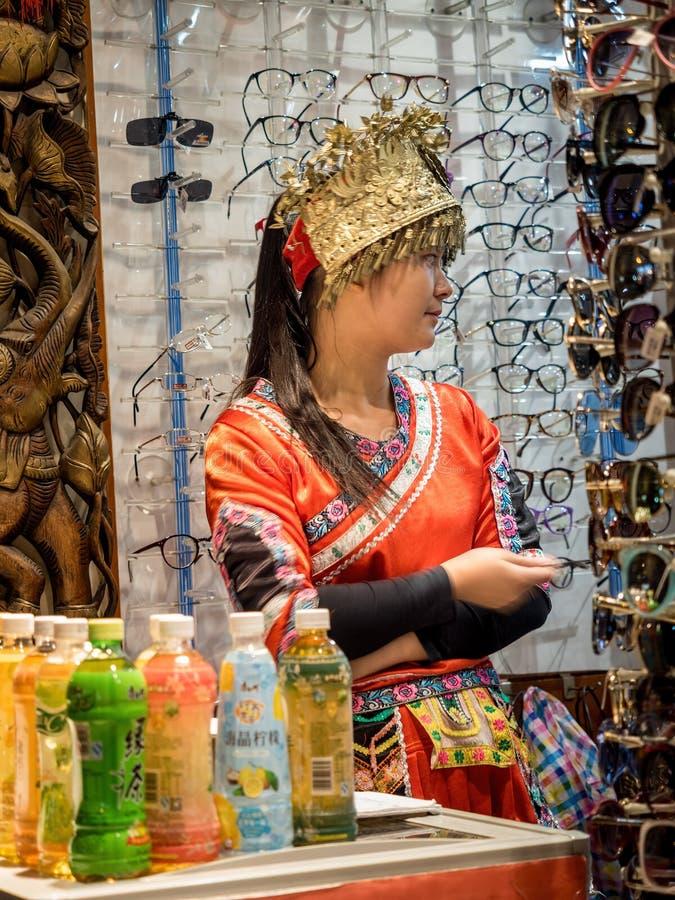 Muchacha vestida en el traje de la minoría, Shangai, China imagen de archivo