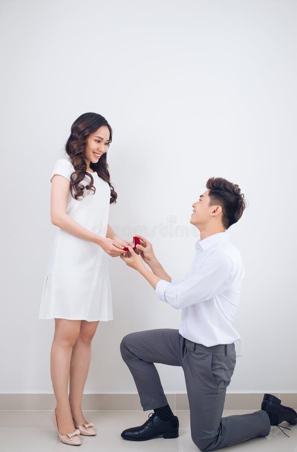 Muchacha vietnamita hermosa feliz que mira su novio y SMI fotos de archivo libres de regalías