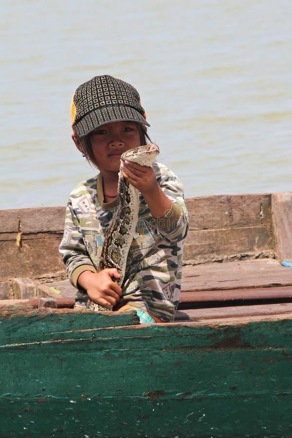Muchacha vietnamita y una serpiente fotos de archivo libres de regalías