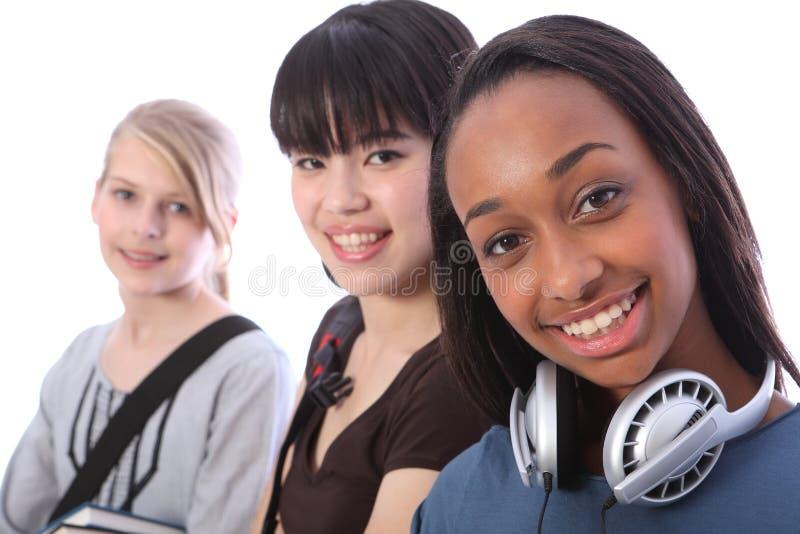 Muchacha y amigos adolescentes del estudiante del afroamericano imagenes de archivo