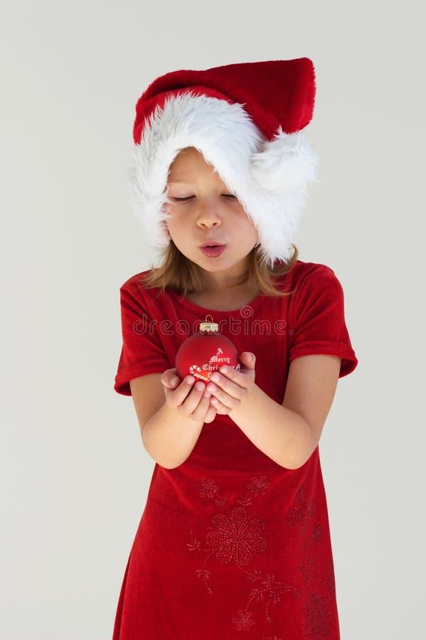 Muchacha y bola roja de la Navidad imagenes de archivo