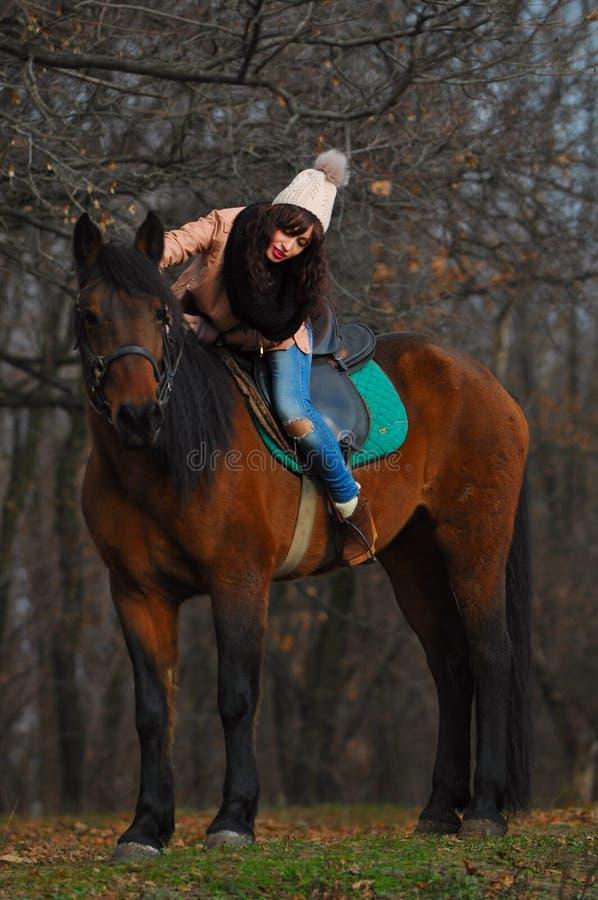 Muchacha y caballo imagen de archivo