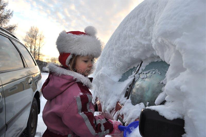 Muchacha y coche en invierno foto de archivo libre de regalías