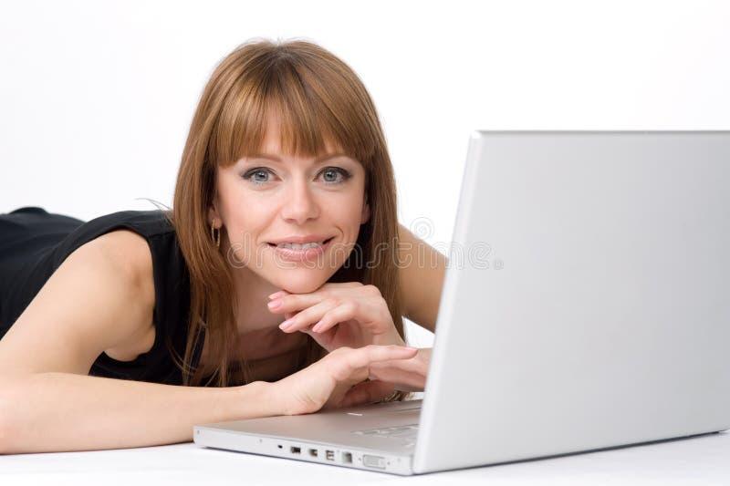 Muchacha y computadora portátil foto de archivo libre de regalías