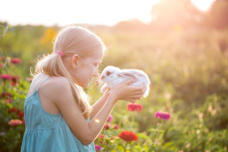Muchacha y conejo imagen de archivo