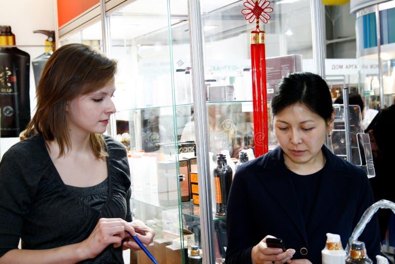 Muchacha y cosméticos asiáticos de las ventas de la mujer foto de archivo libre de regalías