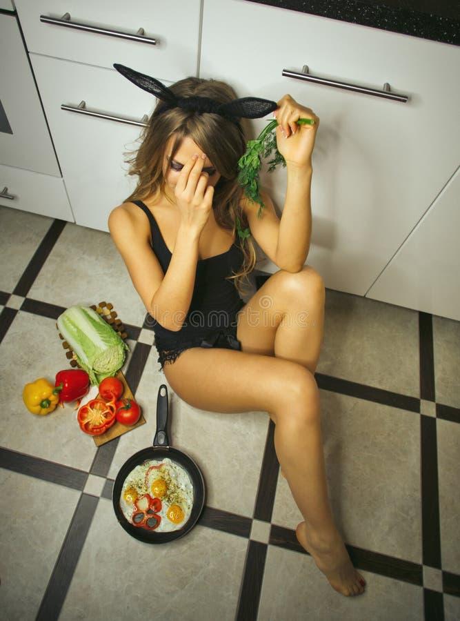 Muchacha y desayuno atractivos fotografía de archivo