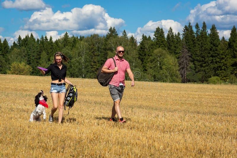 Muchacha y el hombre con el perro imágenes de archivo libres de regalías