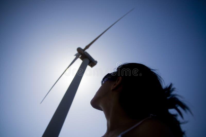 Muchacha y el molino de viento imágenes de archivo libres de regalías