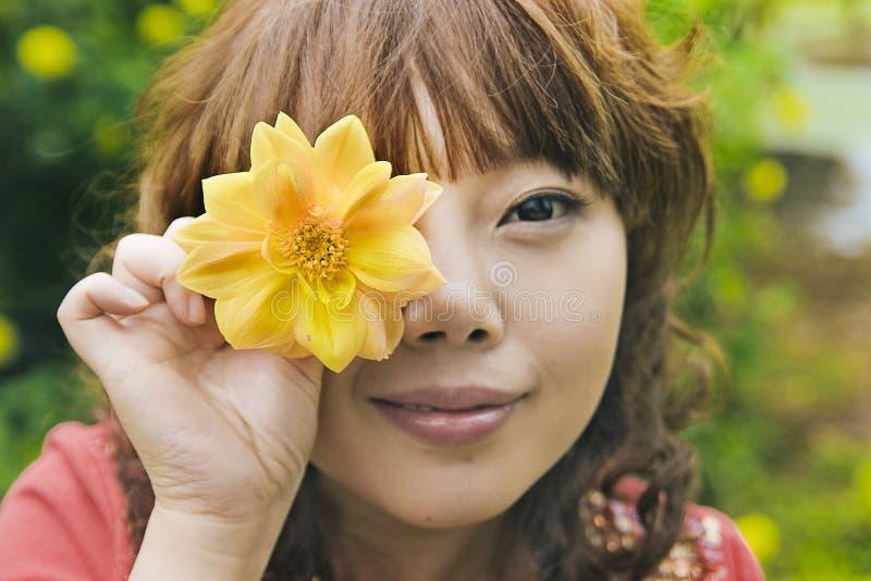Muchacha y flor chinas imagen de archivo
