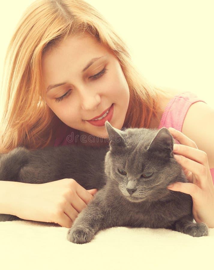 muchacha y gato gris imagen de archivo libre de regalías