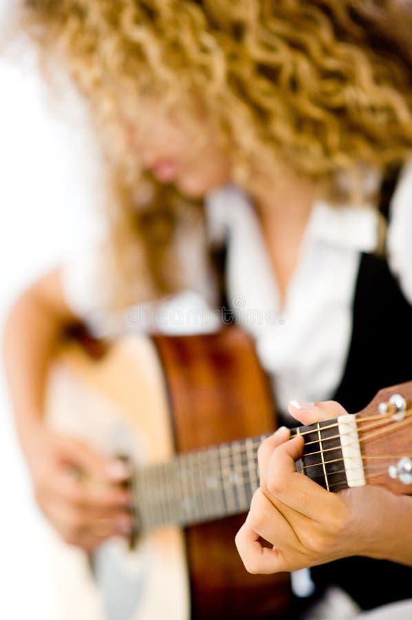 Muchacha y guitarra acústica fotos de archivo